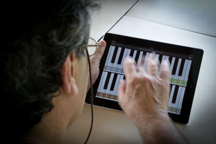 Homem tocando teclado no tablet