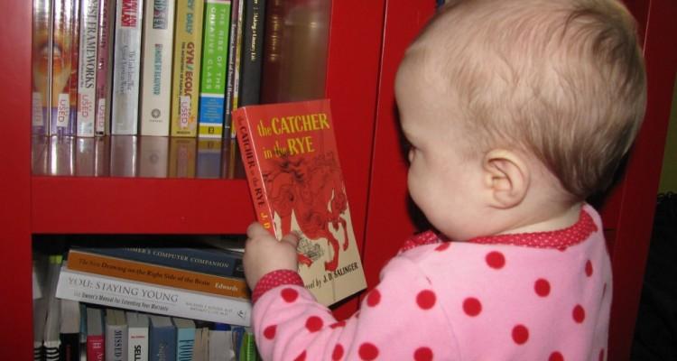Bebê mostrando interesse no livro de Salinger