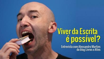 Editor de blogs Alessandro Martins fingindo comer um livro, sob fundo azul