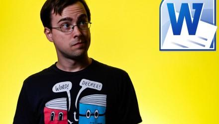 Homem engraçado, de camiseta preta sob fundo amarelo, olhando para logotipo do Microsoft Word