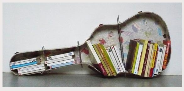 Peça em madeira em formato de violão com vão em que se pode guardar livros