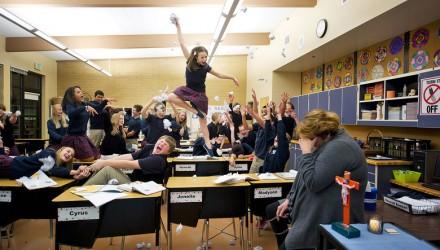 Alunos bagunçando em sala de aula